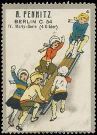 Kinder rodeln auf Schlitten