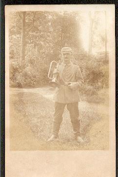 Ein Soldat mit Instrument.