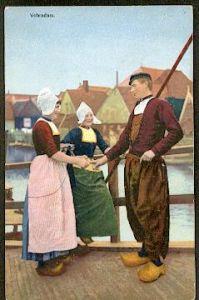 Volendam. Zwei Frauen in Tracht und ein Mann.