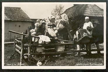 Männer und Frauen in Tracht. Krojev so Zdiaru.