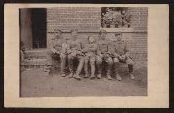 Soldatengruppe mit Kind.