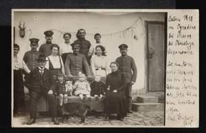 Soldaten und Zivilisten. Fotopostkarte.