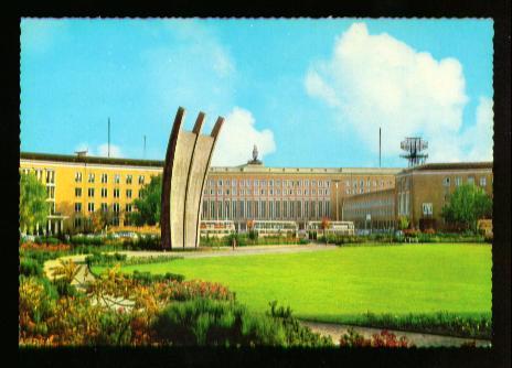 Berlin. Flughafen Tempelhof Platz der Luftbrücke mit Luftbrückendenkmal