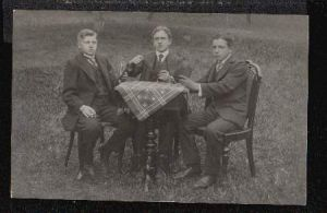 Drei Jungs spielen Karten