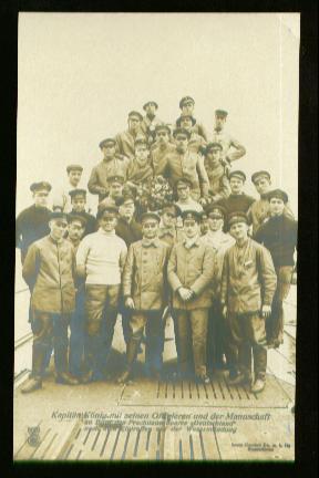x00710; Kapitän König mit seinen Offizieren und der Mannschaft an Bord des Prachtbootes Deutschland nach dem eintreffen auf der Wesermündung.