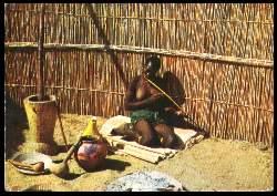 x05394; Bechuanaland. Femme jouant a l´arc musical).