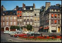 x05483; Rouen. Normandie. Vielles maisons a pans de bois de la place de la Pucelle.