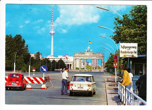 Fiat-Parade, kurz nach 1961 (Mauer flach!) vor dem Brandenburger Tor