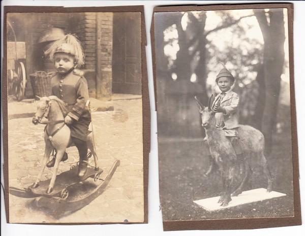 2 Kinder-O-Fotos mit heute sündteurem Spielzeug