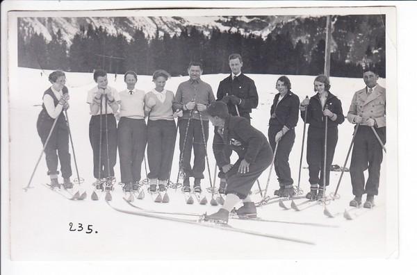 Frankfurter Lehrer (Text) beim Skifahren in Berwang, GUmmistempel des österr. Fotografen