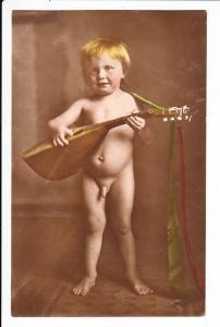 nackter Junge mit Instrument, handcol. ungel.