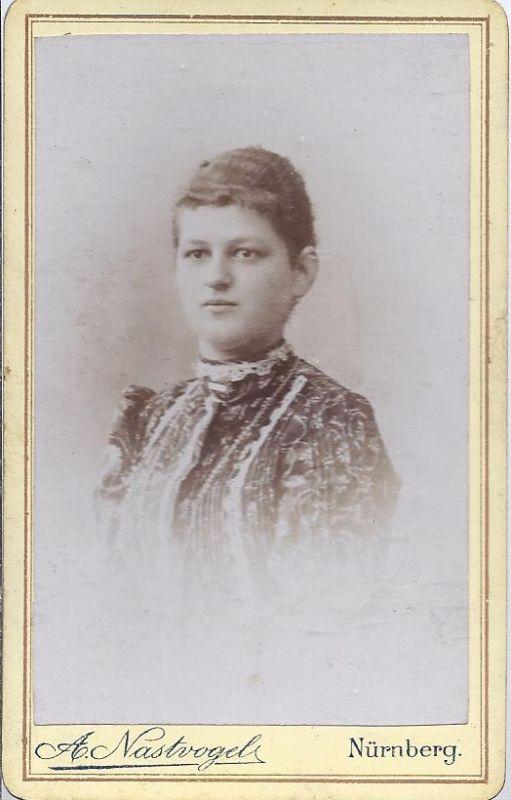 91302 - Hartkarton Foto , junge Frau , Atelier A. Nastvogel , Nürnberg