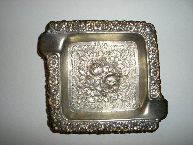 Antiker Aschenbecher mit Blumenmuster. 800er Silber 33g. Silber ist angelaufen, es wurde nix poliert oder gereinigt. Original Zustand siehe Bilder.   Versand versichert in Deutschland für 5 Euro