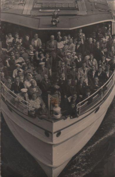 Viele Menschen auf einem Schiff - ca. 1950 0