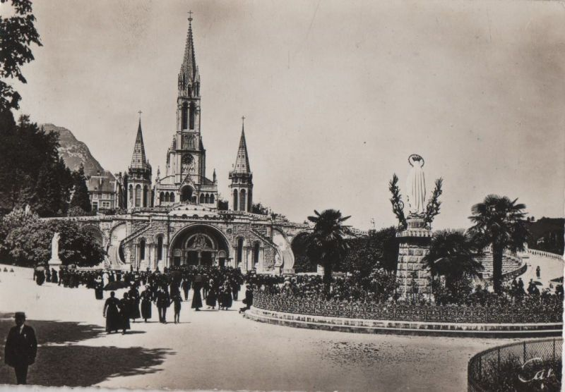 Frankreich - Frankreich - Lourdes - La Basilique et la Vierge couronnee - ca. 1965