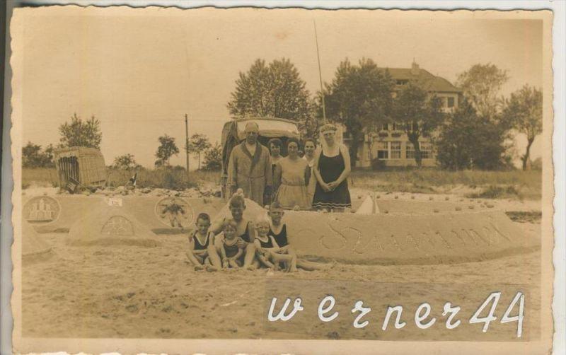 Scharbeutz-Haffkrug v. 1934  Badefamilie am Strand mit einer Sandburg und ein Wohnhaus  (46733)