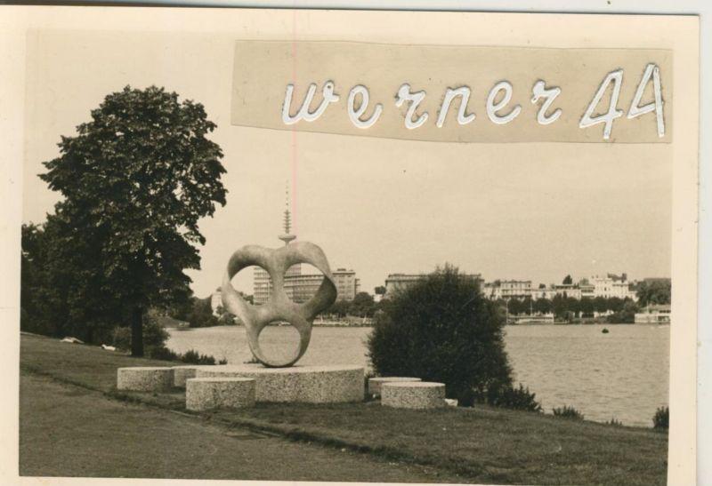 Hamburg v. Juni 1968 Neue Plastik an der Ostseite der Kennedy Brücke  (49850)
