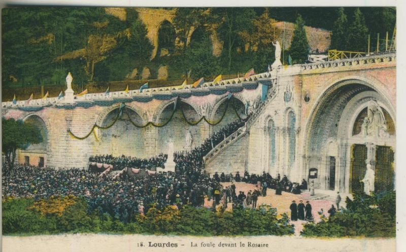Lourdes v. 1914  La foule devant le Rosaire  (50971)