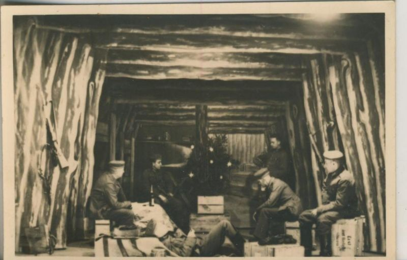 1. Weltkrieg v. 1917  Soldatengruppe in einer Holzhütte  (51699-7)