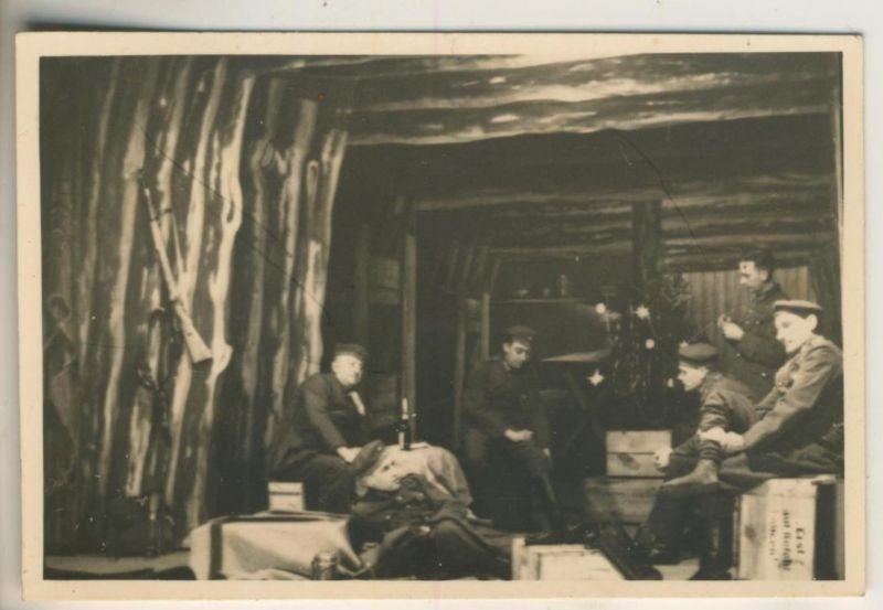 1. Weltkrieg v. 1917  Soldatengruppe in einer Holzhütte  (51699-8)
