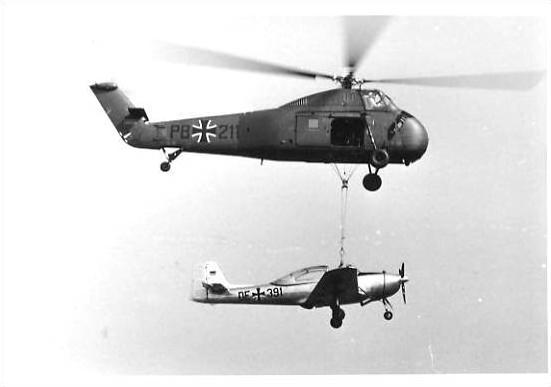 Hubschrauber trägt ein Flugzeug von 1965 (22803)