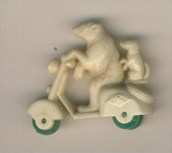 Margarinefiguer v. 1955  Bär mit Hund auf den Roller, mit grüne Räder  --  siehe Foto !!  (M-1)