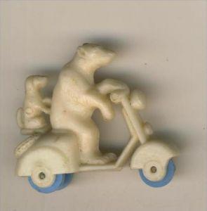 Margarinefiguer v. 1955  Bär mit Hund auf den Roller, mit blaue Räder  --  siehe Foto !!  (M-2)