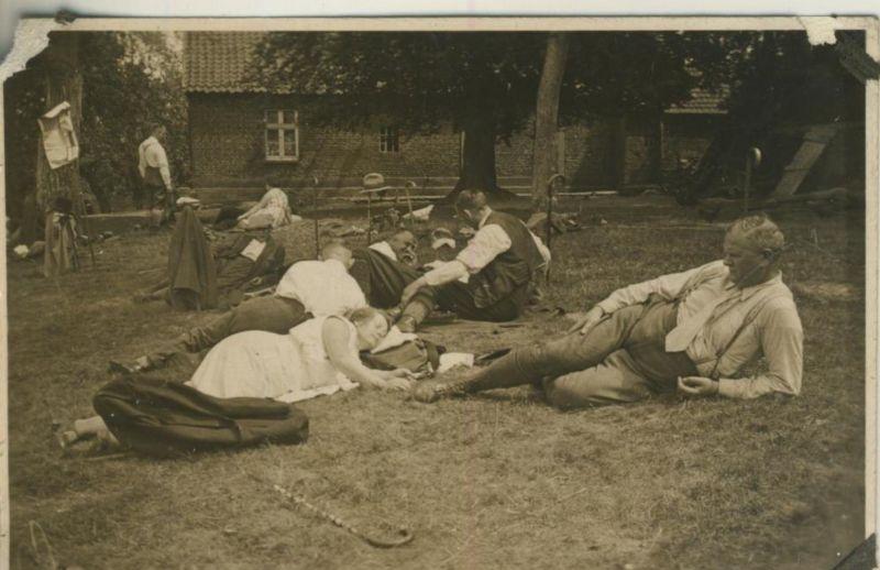 Sterkrade v. 1930  Teil-Gruppe des S.G.V. Ortsgruppe Sterkrade in Testerberge am Gasthaus -- Mittagsschlaf (54226) 0