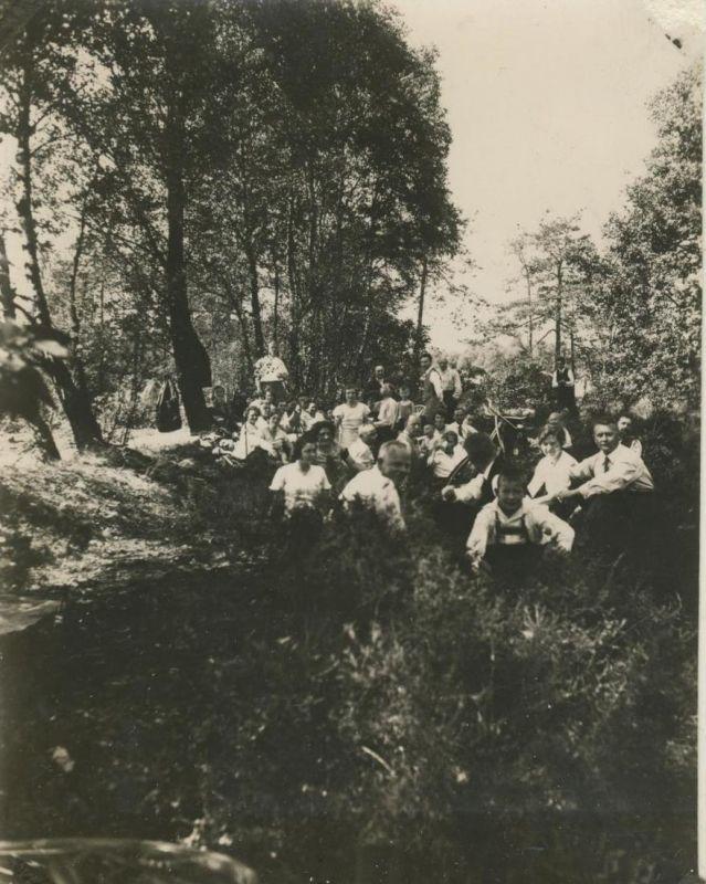 Sterkrade v. 1930  Gruppe des S.G.V. Ortsgruppe Sterkrade im Wald bei einer Pause  (54227) 0