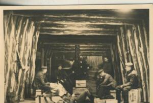 1. Weltkrieg v. 1917  Soldatengruppe in einer Holzhütte  (54099-153)