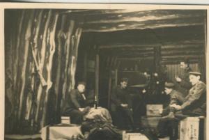 1. Weltkrieg v. 1917  Soldatengruppe in einer Holzhütte  (54099-154)