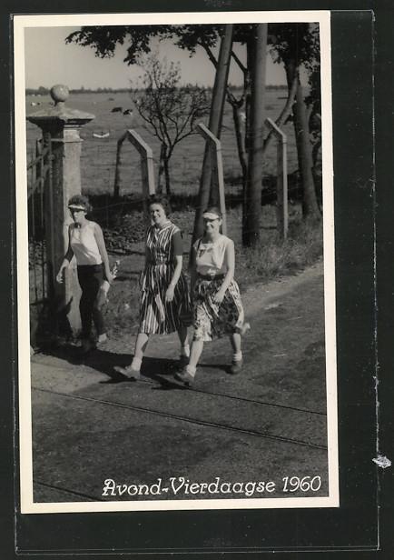 AK Nijmegen, Frauen beim Nijmegenmarsch auf der Strasse 0