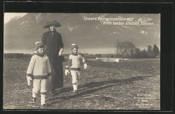 AK Die Kronprinzessin mit Prinz Wilhelm und seinem Bruder auf einer Wiese