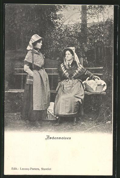 AK Frauen aus den Ardennen auf einer Bank am Wegrand 0