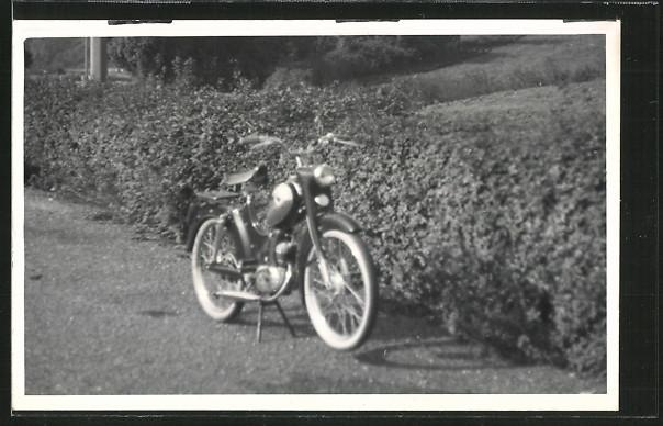 AK Motorrad Mofa auf einer Wiese 0