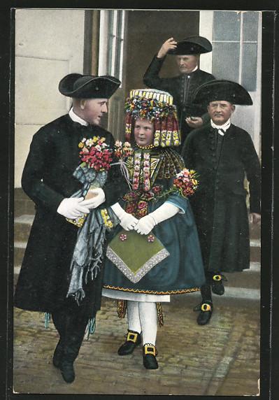 AK Schwälmer Brautpaar nach der Trauung, hessische Trachten 0