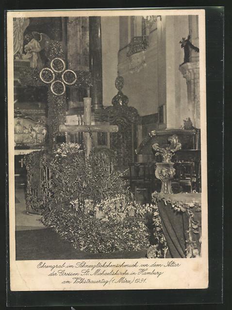AK Hamburg-Neustadt, Ehrengrab in Schneeglöckchenschmuck vor dem Altar der grossen St. Michaelskirche