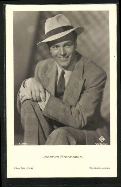 AK Schauspieler Joachim Brennecke, lächelnd mit Hut, im Anzug mit Krawatte