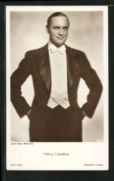 AK Schauspieler Harry Liedtke, stehend im Smoking mit weisser Fliege, die Hände in den Hosentaschen