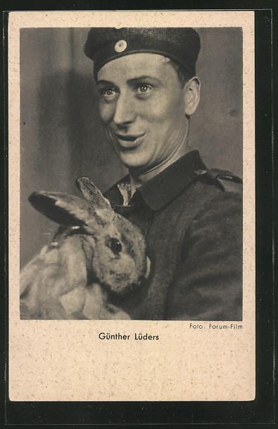 AK Schauspieler Günther Lüders in Uniform mit einem Hasen auf dem Arm