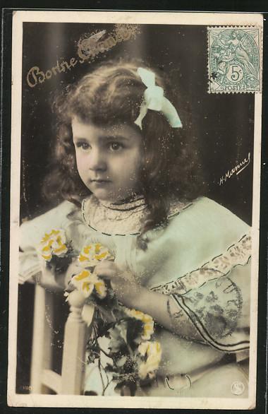 Foto-AK H.Manuel: Bonne Année, Neujahrsgruss, ein Mädchen sitzt auf einem Stuhl mit Blumen