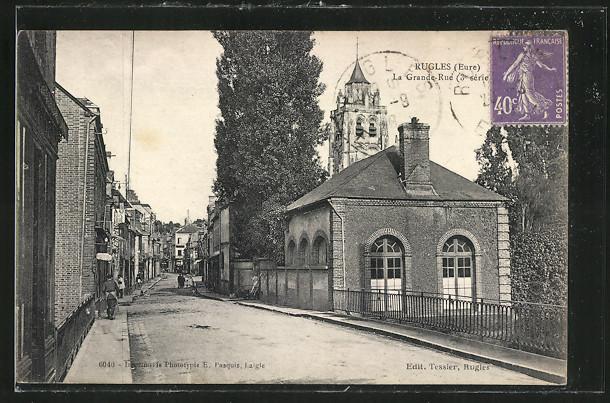 AK Rugles, la Grande-Rue et l'Eglise en arrière plan