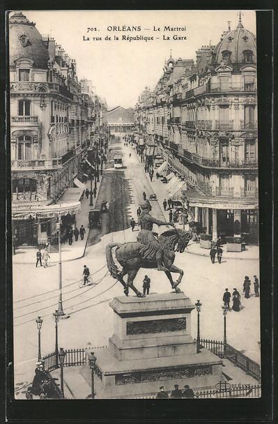 AK Orléans, le Martroi, la rue de la République et la gare tout au fond, des passants et un tramway