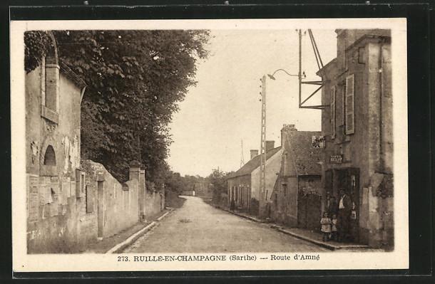 AK Ruillé-en-Champagne, Route d'Amné, famille devant une maison
