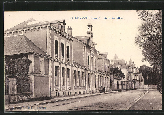 AK Loudun, École des Filles, filles devant le bâtiment