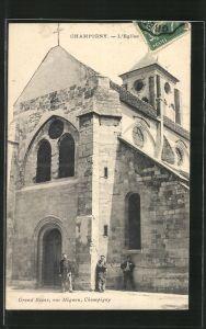 AK Champigny, l'Eglise, vue de la facade principale avec trois hommes