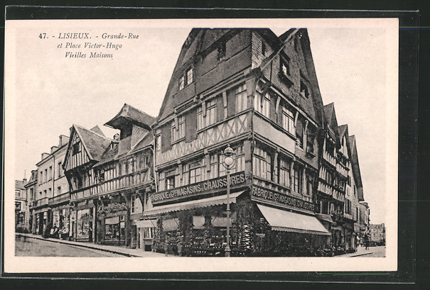 AK Lisieux, les vieilles maisons de la Grande-Rue et de la place Victor Hugo, le magasin de chaussures à l'angle