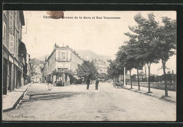 AK Voiron, l'avenue de la Gare et la rue Vaucanson, quelques personnes dans la rue
