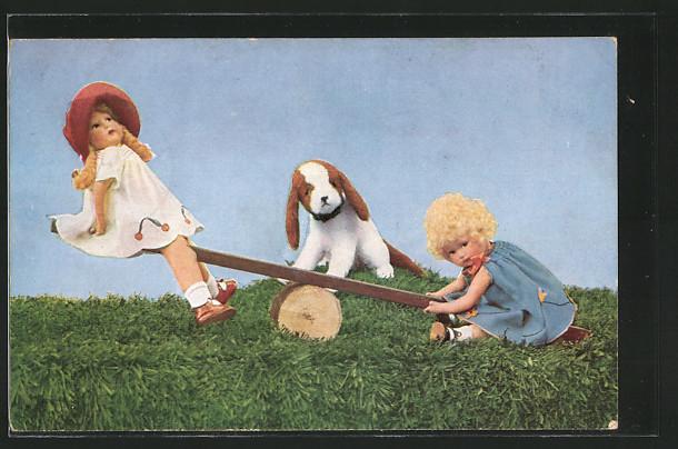 AK zwei Puppen und ein Hund auf einer Wippe, Mutzipuppen und Mutzitiere