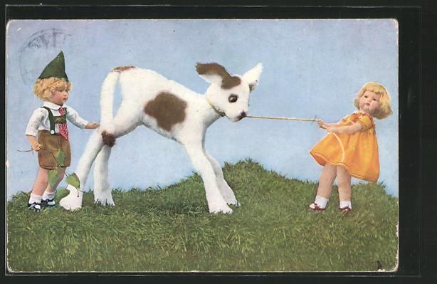 AK Mädchen und Hund ziehen an einem Seil, Puppen, Mutzipuppen und Mutzitiere